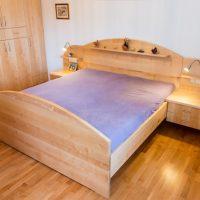 Tischlerei Friedheim Doppelbett aus Holz mit angebauten Nachtkaestchen und dazu passendem Einbauschrank